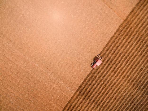 Vista aerea del trattore su preparare un campo