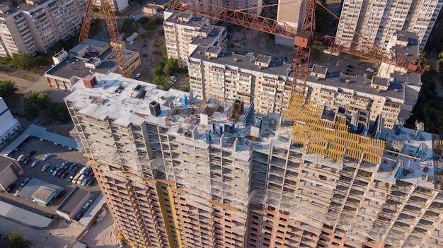 Vista aerea dell'edificio con gru edili