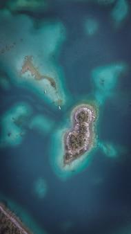 Vista aerea dell'eibsee con isole e alberi sulla riva del lago