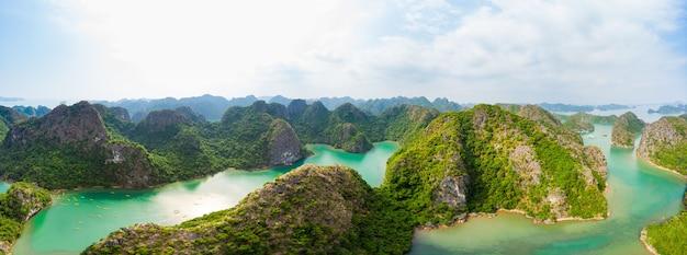 Vista aerea dell'isola di ha long bay cat ba, isole uniche di roccia calcarea e picchi di formazione carsica nel mare, famosa destinazione turistica in vietnam. cielo blu scenico.