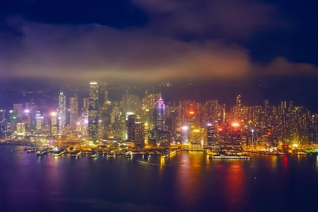 Vista aerea dell'orizzonte illuminato di hong kong. hong kong, cina