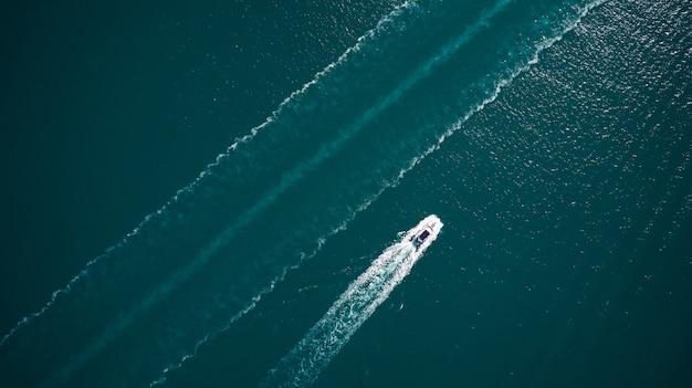 Vista aerea della barca galleggiante di lusso sul mare adriatico blu.