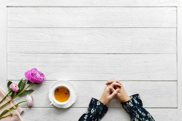 Vista aerea della bevanda calda del tè con lo spazio della copia