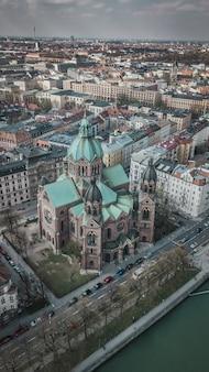 Vista aerea della chiesa di san lukas a monaco di baviera, germania.