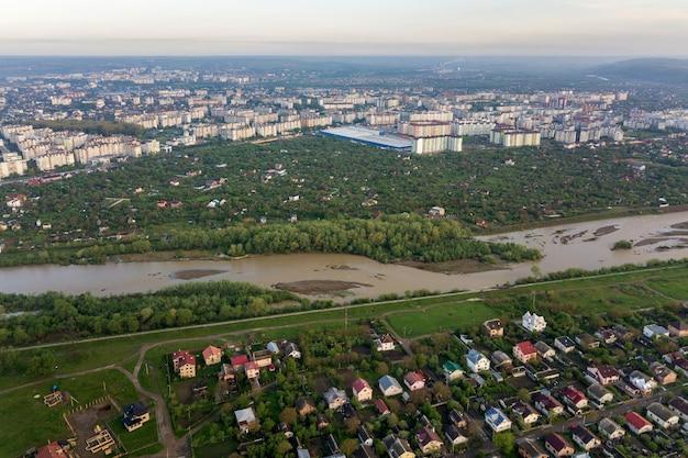 Vista aerea della città di ivano-frankivsk con area residenziale e case di periferia.