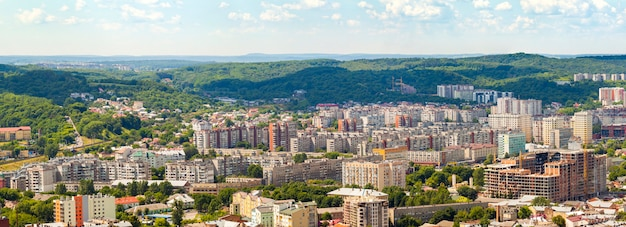 Vista aerea della città di leopoli. panorama con edifici moderni e spazio urbano.