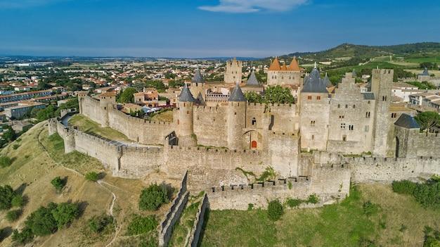 Vista aerea della città medievale di carcassonne e del castello fortezza