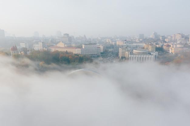 Vista aerea della città nella nebbia