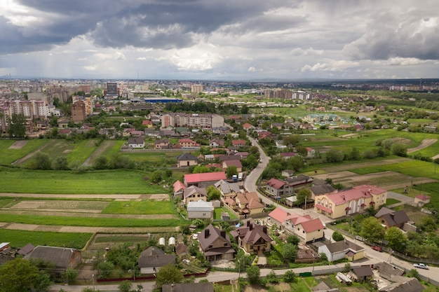 Vista aerea della città o del villaggio con file di edifici