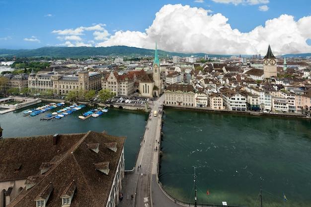 Vista aerea della città vecchia di zurigo lungo il fiume limmat, zurigo, svizzera.
