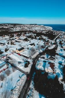 Vista aerea della città vicino al corpo idrico durante il giorno