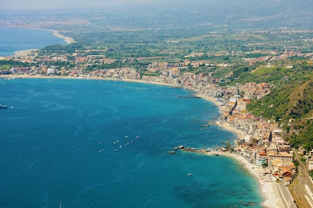 Vista aerea della costa della sicilia orientale con il blu del mare. bellissima costa dell'italia.