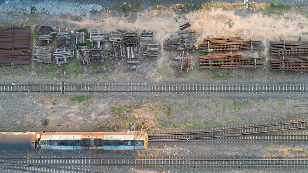 Vista aerea della locomotiva diesel treno e strade ferrate - punto di vista superiore pov della scena concettuale industriale con i treni