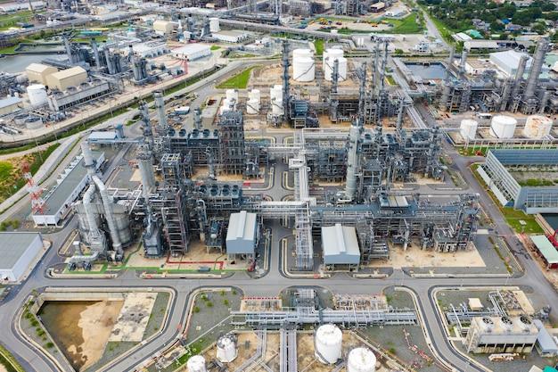Vista aerea della pianta della raffineria di petrolio e forma dello stabilimento chimico nella zona di industria