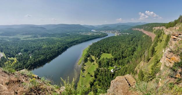 Vista aerea della pianura del fiume della foresta un'estate durante il volo.