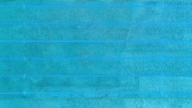 Vista aerea della piscina con acqua in una piscina - concetto di sport della piscina.