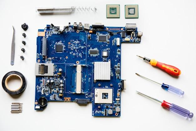 Vista aerea della scheda madre del computer con attrezzature isolate su bianco