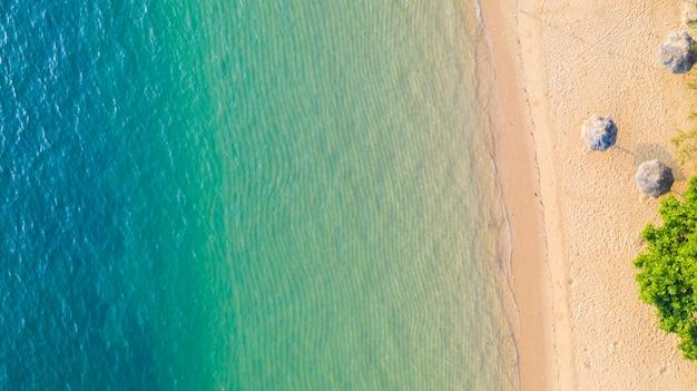 Vista aerea della spiaggia con ombra blu smeraldo acqua e onda schiuma sul mare tropicale