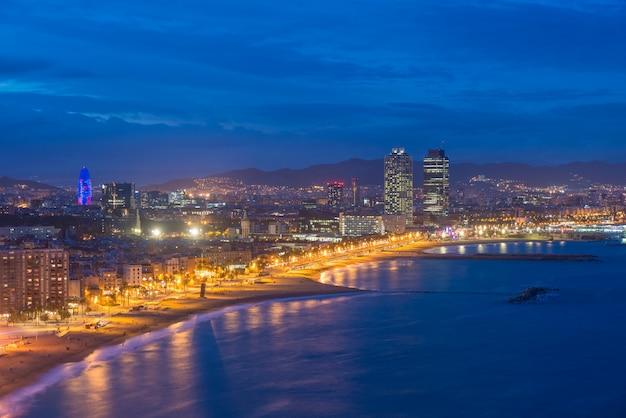 Vista aerea della spiaggia di barcellona nella notte di estate a barcellona, spagna. mar mediterraneo in spagna.