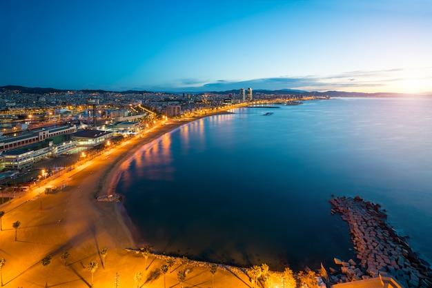 Vista aerea della spiaggia di barcellona nella notte di estate lungo la spiaggia a barcellona, spagna.