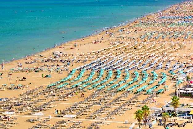 Vista aerea della spiaggia di rimini con persone e acqua blu. concetto di vacanze estive.