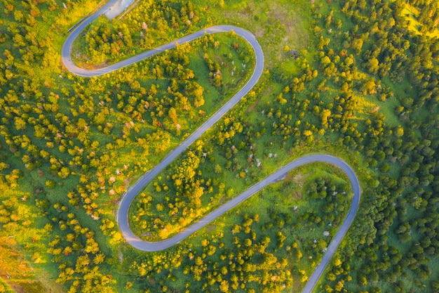 Vista aerea della strada tortuosa sulla montagna in autunno