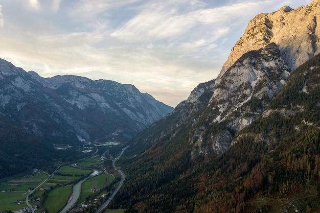 Vista aerea delle montagne maestose delle alpi europee coperte in abetaia sempreverde in autunno.