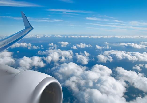 Vista aerea delle nuvole, del horison, del cielo blu e della vista di ala piana