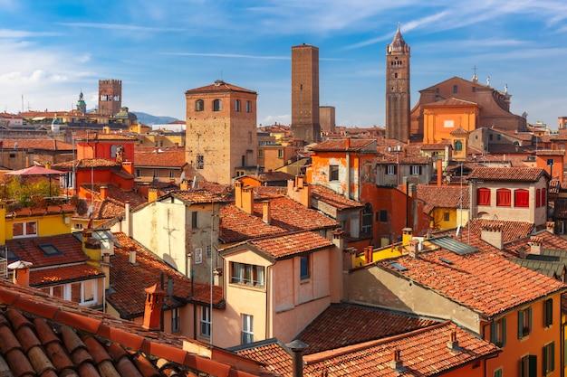 Vista aerea delle torri e dei tetti a bologna, italia