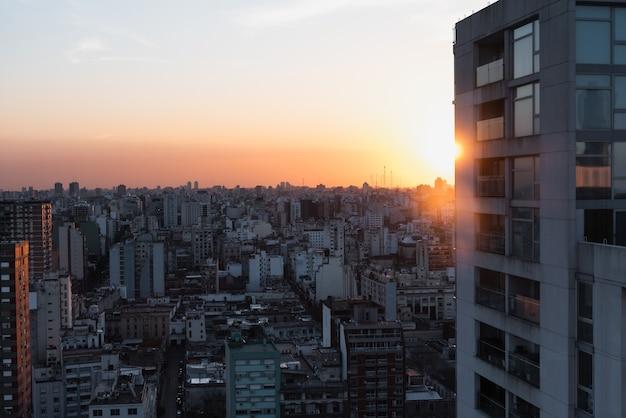 Vista aerea dello spazio urbano con il primo piano della costruzione