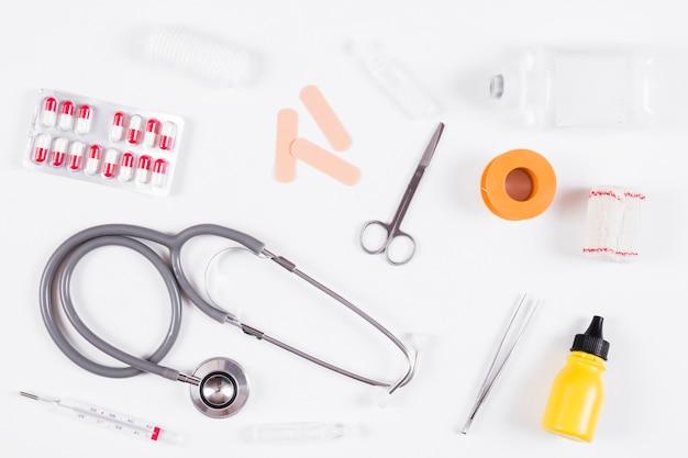 Vista aerea di attrezzature mediche su sfondo bianco