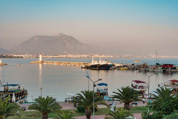 Vista aerea di barche a vela nella baia del litorale mediterraneo