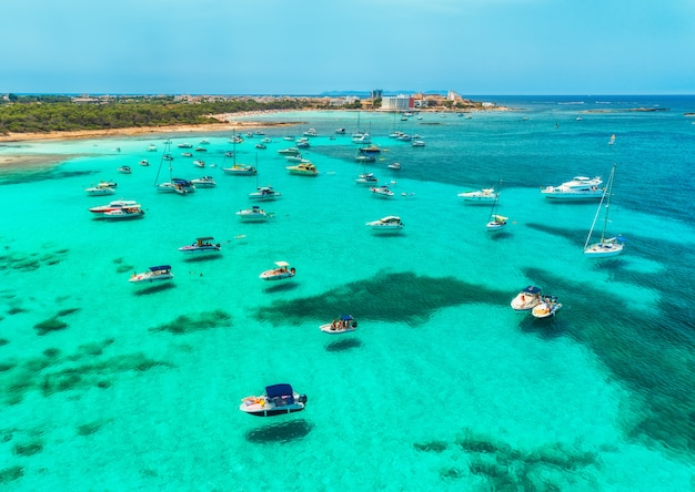 Vista aerea di barche, yacht di lusso e mare trasparente al giorno soleggiato