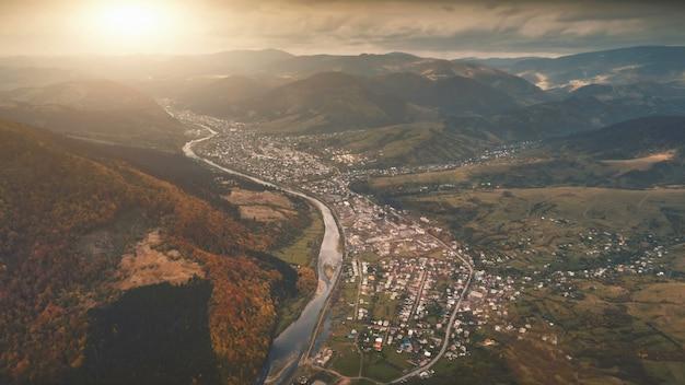 Vista aerea di bello paesaggio della montagna di autunno