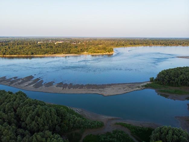 Vista aerea di grande fiume siberiano ob