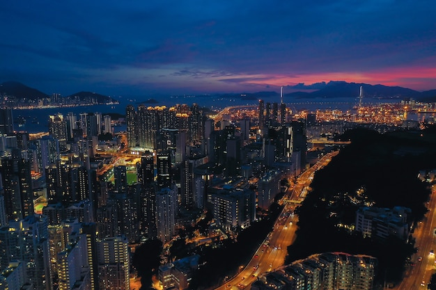 Vista aerea di hong kong city a tempo crepuscolare.