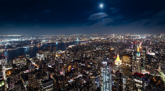 Vista aerea di manhattan new york alla notte