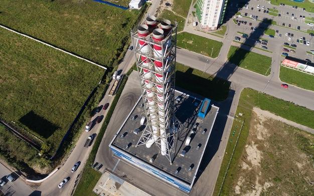 Vista aerea di nuovo moderno locale caldaia a gas in una zona residenziale della città