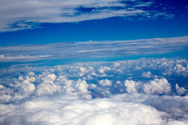 Vista aerea di nuvole e cielo blu durante il volo