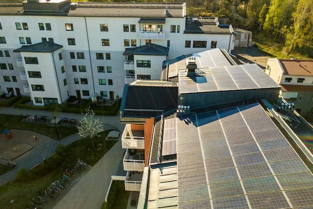 Vista aerea di pannelli solari fotovoltaici su un tetto di edificio residenziale per la produzione di energia elettrica pulita. concetto di alloggio autonomo.