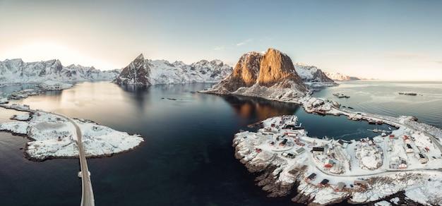 Vista aerea di panorama dell'arcipelago dell'oceano artico con il paesino di pescatori in inverno