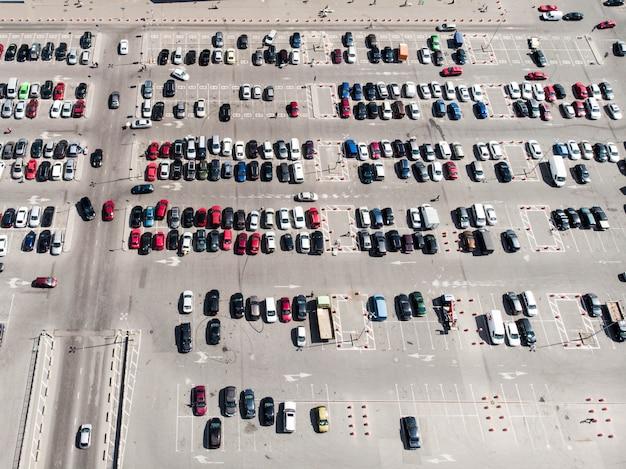 Vista aerea di parcheggi completi. tiro