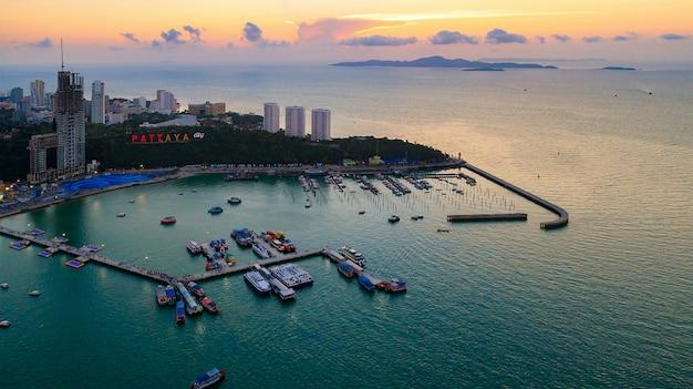 Vista aerea di pattaya e uno del famoso punto di riferimento in thailandia.