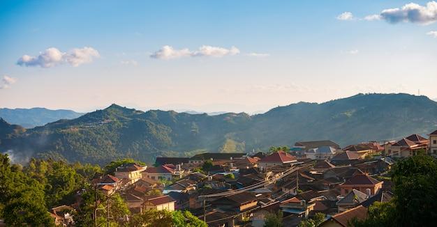 Vista aerea di phongsali, laos del nord vicino alla cina. città in stile yunnan sulla suggestiva cresta montuosa. meta di viaggio per il trekking tribale nei villaggi di akha. luce del tramonto