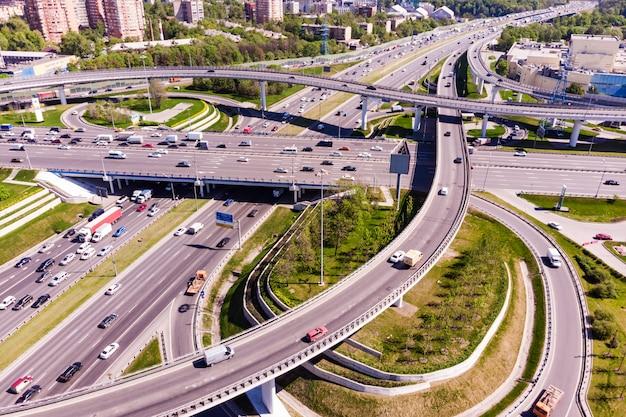 Vista aerea di un incrocio autostradale. svincoli stradali in una grande città