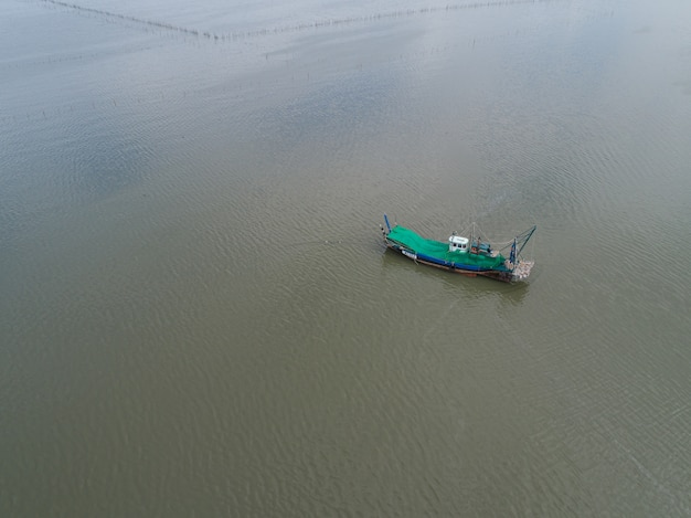 Vista aerea di un peschereccio sul mare.