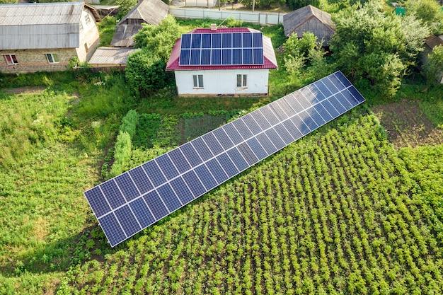 Vista aerea di una casa con i pannelli solari blu.