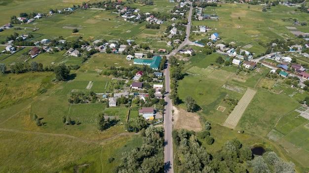 Vista aerea di una casa nelle colline sceniche di una campagna un giorno soleggiato