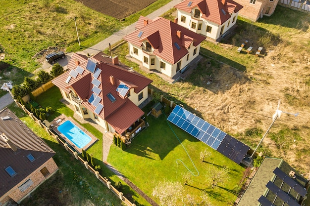 Vista aerea di una casa privata con pannelli solari sul tetto