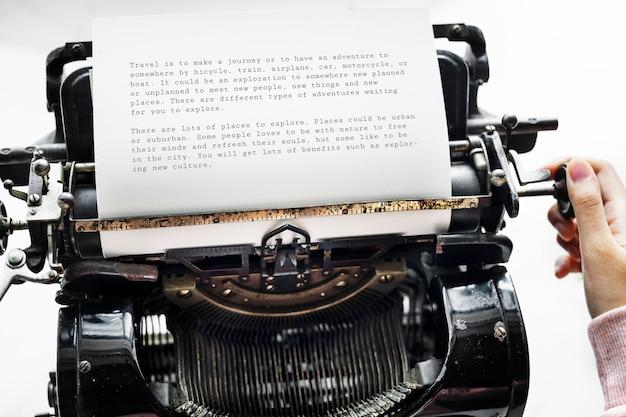 Vista aerea di una donna che scrive su una retro macchina da scrivere